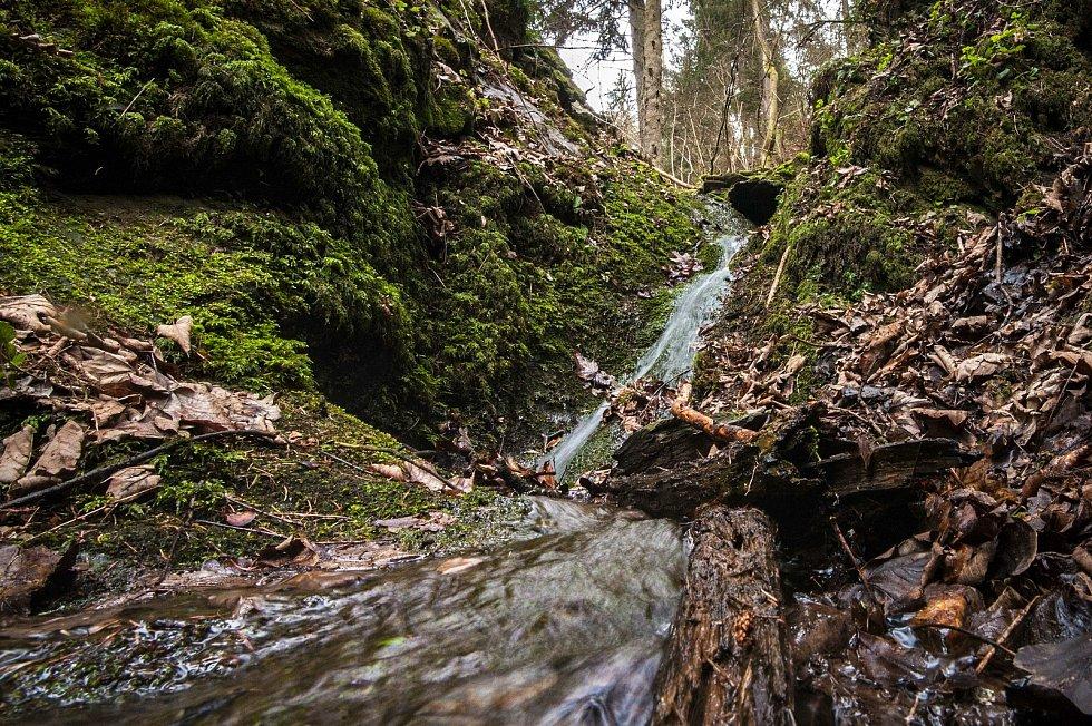 Pod vesnicí Koryta, ve zhruba 50 metrovém srázu, se nachází soustava vodopádů. Kaskády se nacházejí ve velmi náročném terénu, zdejší potok zde protéká divokou skalní roklí až do samotné řeky Střely.