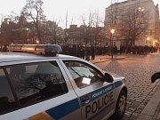 Policisté v centru Plzně dohlížejí na fotbalové fanoušky.