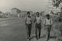 Snímek zachycuje Karla Peláka (uprostřed) na výletu z Plzně do Jaroměře v roce 1967