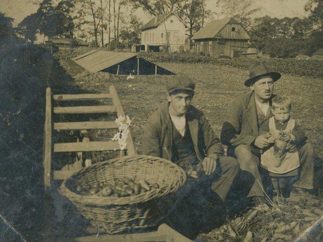 Ludvík Fišer, otec Heleny Ottové, je na snímku coby malé dítko se svým otcem Rudolfem a příručím neboli pomocným zahradníkem v Lochotínské ulici