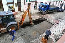 Vodovodní potrubí v Solní ulici je už opravené. Tramvaje se vrátí do normálního provozu pravděpodobně ještě v pátek během odpoledne