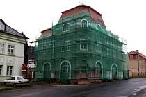 Secesní dům stojí u nečtinské návsi 104 let. Posledních asi dvacet let jen chátral.