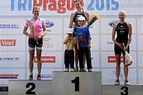 Eva Potůčková (uprostřed) si prvenství na TRIPrague užila na stupních vítězů spolus dětmi Emou a Adamem. Vlevo je druhá Lenka Králová, vpravo bronzová Annett Fingerová.