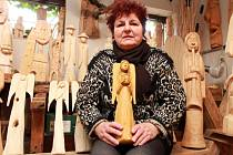 Věra Sidorjaková si vytvořila ve svém domě v Plasích ateliér. Často ji navštěvují děti, a tak má všude kolem sochy andělů, čertů, vodníků i skřítků