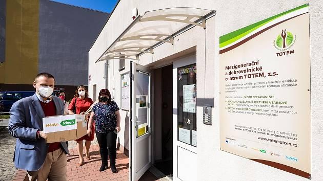 Mezigenerační a dobrovolnické centrum TOTEM spustilo v loňském roce 17. března Kontaktní centrum pro osoby v nouzi, kde senioři, rodiče samoživitelé a lidé v krizové situaci našli pomoc.