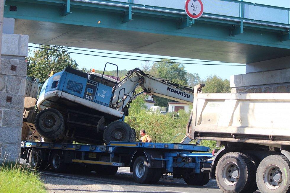 Srazil bagr, který převážel na přívěsu, o viadukt v Dehtíně