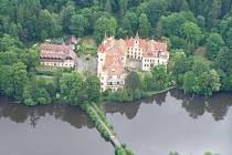 V historii několikrát přestavovaný žinkovský zámek leží na břehu rybníka, který slouží rekreačním účelům i pro sportovní rybáři.