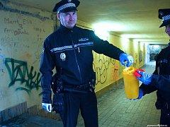 Strážníci v rámci akce Jehla 2018 vyčistili Plzeň od nebezpečných injekčních stříkaček.