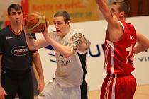 Basketbalista Lokomotivy Plzeň Ladislav Pecka (v bílém) se snaží prosadit přes obranu svitavského Horáka. Včerejší zápas Mattoni NBL nakonec vyhráli hosté 62:59