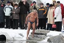 Dvacítka otužilců si šla na Nový rok zaplavat do Velkého boleveckého rybníka.