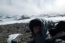 Dobrodruh Honza Brotánek zkoušel zdolat sopku sám. Vybral si cestu, která by vedla co nejvíce mimo sníh. Desítky kilometrů šel pouští.