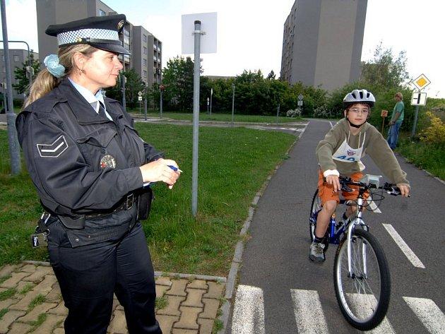 Strážnice dohlíží na dodržování pravidel při   včerejší dopravní soutěži mladých cyklistů