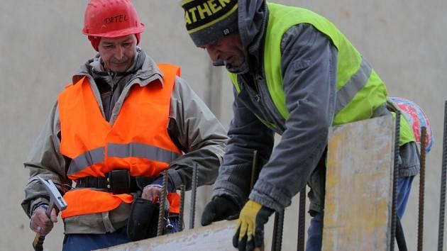 Pracovníci na stavbě v Jablonského ulici jsou na mráz připraveni