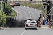 Ochromené viadukty jsou nyní v Doubravce hned dva. První (vlevo) je na Rokycanské třídě a kvůli pracím na něm je tu zúžen prostor pro auta