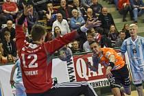 Zaplněná hale sledovala vítězství házenkářů Talentu M.A.T. Plzeň nad Hranicemi (34:25), čtyřmi góly k němu přispěl křídelník Eduard Wildt.