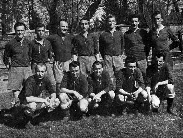 V nominaci jsou i dva hráči Viktorie Plzeň z roku 1947, brankář Emil Folta (nahoře první zprava) a pravý obránce František Berka (nahoře první zleva)