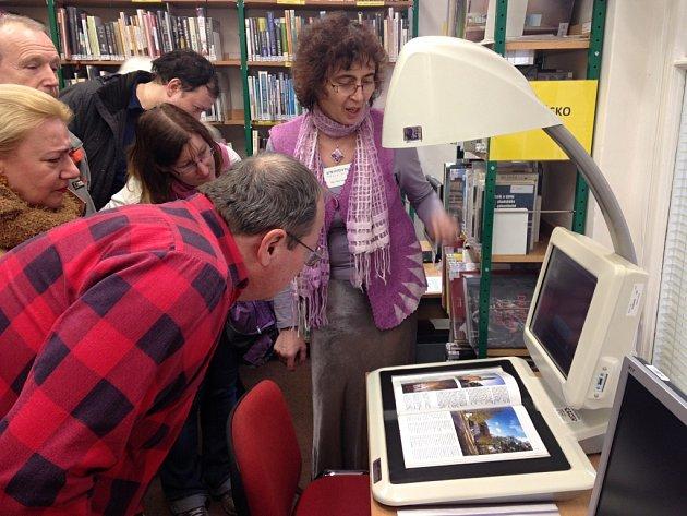 Během komentované prohlídky čtenáře zaujal také speciální skener na knihy, který na snímku ukazuje Petra Pekárková z oddělení pro děti a mládež (vpravo).