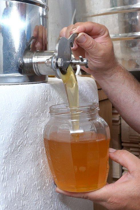 33 – Med se plní do sklenic pro koncového zákazníka.