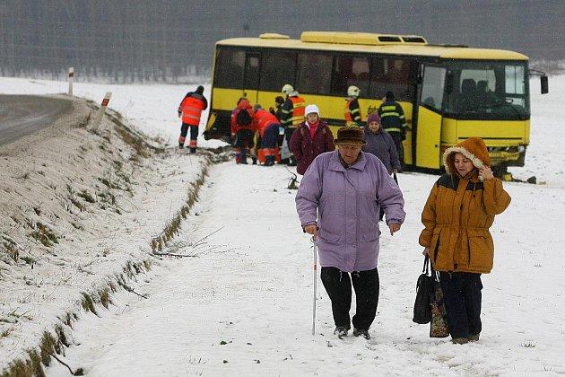 Nehoda autobusu mezi Chrástem a Zábělou