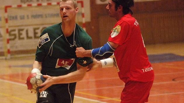 VÝHRA. Házenkář Lokomotivy Plzeň Vít Kalaš (vlevo) přispěl pěti brankami k vítězství svého týmu v přípravném utkání proti účastníkovi německé landesligy TB03 Roding 35:26.