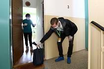 Student Dominik Jačka zařizuje nákupy pro seniory v době pandemie koronavirové infekce.Donesl potraviny devadesátileté Haně Ženíškové z Plzně.