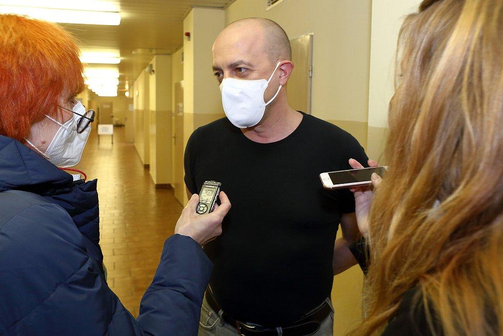 Očkování vakcínou proti viru Covid 19 podstoupili ve Fakultní nemocnici v Plzni její ředitel Václav Šimánek a děkan Lékařské fakulty UK v Plzni Jindřich Fínek.