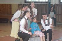 American Rhytm Folk Ensemble ze státu Utah v USA strávil včerejší odpoledne ve škole ve Zruči-Senci. Děti se bavily a došlo i na výuku amerických tanců.