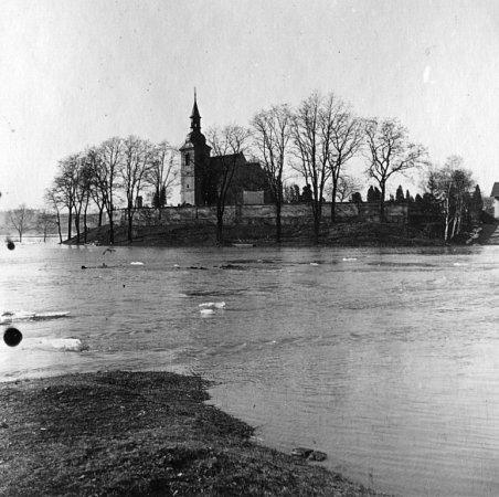 Snímky zroku 1942zachycují pravidelné rozvodnění řeky na Doubravce usv. Jiří. Fotografie dodal Petr Kopp