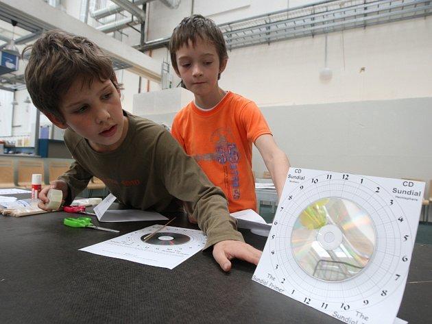 Výroba slunečních hodin z cédéček v Techmanii
