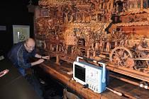 Plzeňští vědci pomohli restaurovat Proboštův betlém v Třebechovicích. Na snímku je Pavel Turjanica