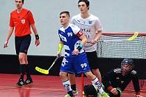 Florbalisté FBC Plzeň vyhráli v sobotu v Kadani 5:4. Na archivním snímku z utkání v Karlových Varech je plzeňský kapitán Petr Kleiner (s číslem 99).