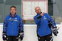 Trenér Pavel Hynek (vpravo) s asistentem Milanem Razýmem