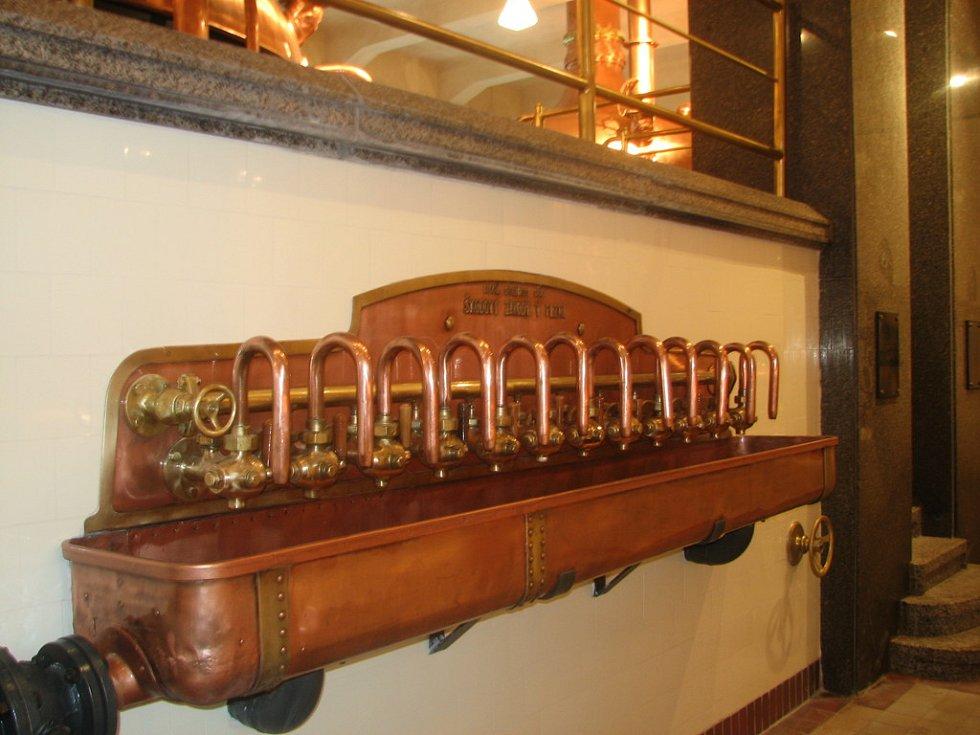 Korýtka s přepojovacími kohouty vyrobily ve 30. letech minulého století Škodovy závody, jak se píše na měděném štítku nahoře.