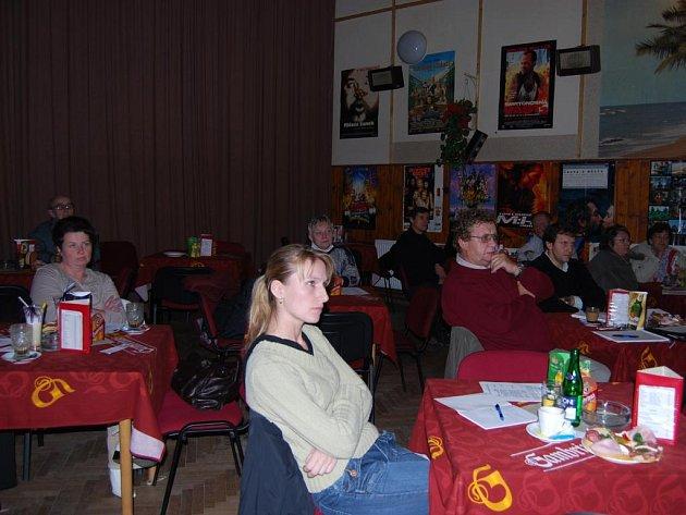 Občané mluvili v kině v Touškově o potřebách osob vyžadujících péči.