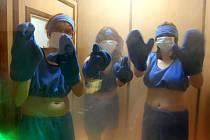 Účinky kryogenní komory si na vlastní kůži vyzkoušela i redaktorka Deníku Michaela Kunešová (uprostřed)