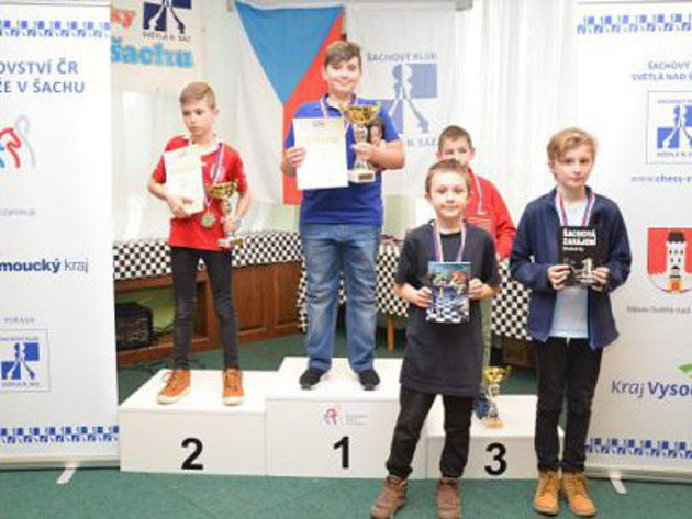 Marek Janouš (vmodrém triku) nepatřil kfavoritům ve své kategorii, ale přesto zvítězil. Foto: Šachový svaz