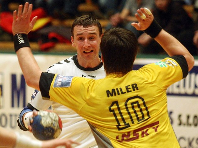 Přesná muška. Nejlepším střelcem plzeňského týmu v sobotního utkání proti Lovosicím byl kapitán Vojtěch Šik (v bílém), který zaznamenal sedm branek. V dresu Severočechů dominoval Radoslav Miler, který se trefil také sedmkrát.