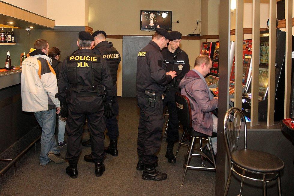 Plzeňská cizinecká policie v součinnosti s pořádkovou jednotkou a Městskou policií Plzeň provedla v noci na sobotu kontrolu barů a heren v centru města.
