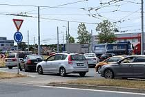 Dlouhé kolony a obtížně průjezdný kruhový objezd u Makra na Nové Hospodě v Plzni. V důsledku rekonstrukce povrchu vozovky ve Folmavské ulici vznikají na objízdných trasách dlouhé fronty pomalu popojíždějících aut.