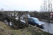 Provizorní pontový most na Jateční ulici je stejně, jako starý uzavřený most, v zoufalém stavu. V současné době tudy například nesmí projíždět nákladní vozy nad 7,5 tuny