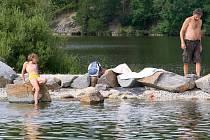 Umělou nádrž pro sto koupajících v těchto dnech Plzeňané hojně využívají. Často však do vody vstupují i přes kameny a ničí rostliny při břehu. Zákazové cedule po obvodu lidé ignorují