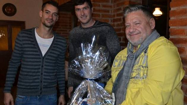 Prezidentu klubu Jaroslavu Ticháčkovi  přišli pogratulovat k 60. narozeninám také opory třetiligové Jiskry Domažlice Petr Mužík a Pavel Fořt (zleva).