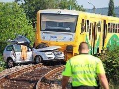 Nehoda se stala na přejezdu v Dolanské ulici. Osobní automobil smetla lokálka jedoucí z Radnic.
