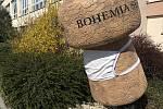 Korkový špunt, který stojí před sídlem Bohemia Sekt ve Starém Plzenci, chrání rouška.