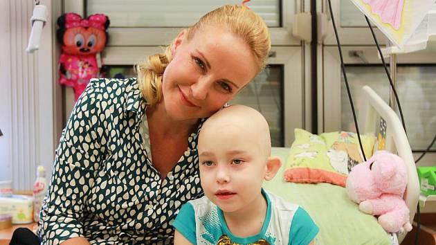 Vendula Pizingerová (dříve Svobodová) předala dětskému hematoonkologickému oddělení FN Plzeň dar v hodnotě téměř 300 tisíc korun