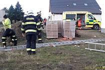 V Druztové se zranil muž po pádu ze žebříku.