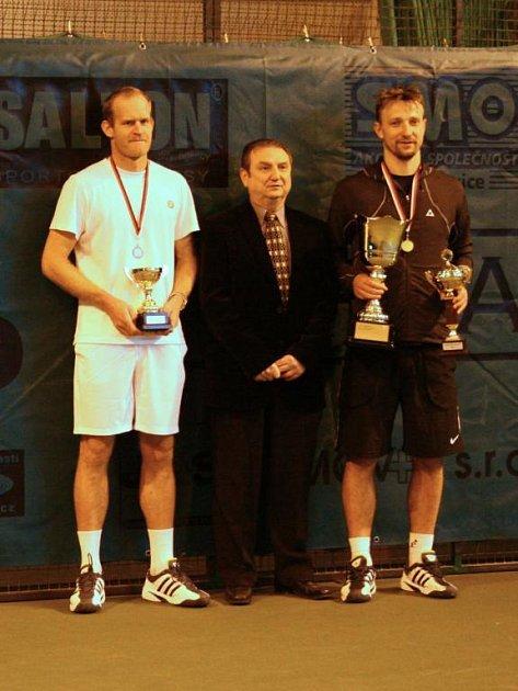 Vítězem halového mistrovství České republiky v tenise mužů se v Plzni stal Jiří Vaněk z TK Sparta–PSK Olymp Praha (vpravo), který v sobotním finále zdolal svého oddílového kolegu Bohdana Ulihracha (vlevo) 6:4, 6:7 (2), 6:3