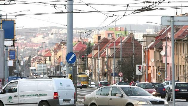 Projet náměstím Milady Horákové vyžaduje velkou opatrnost. Jde totiž o složitý dopravní uzel bez semaforů, kde se kříží tramvaje, trolejbusy, auta z několika směrů a chodci