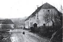 Špejchar ve 30. letech minulého století. Dnešní stavba je tvořena ze tří zděných částí, které donedávna společně tvořily půdorys písmene T.