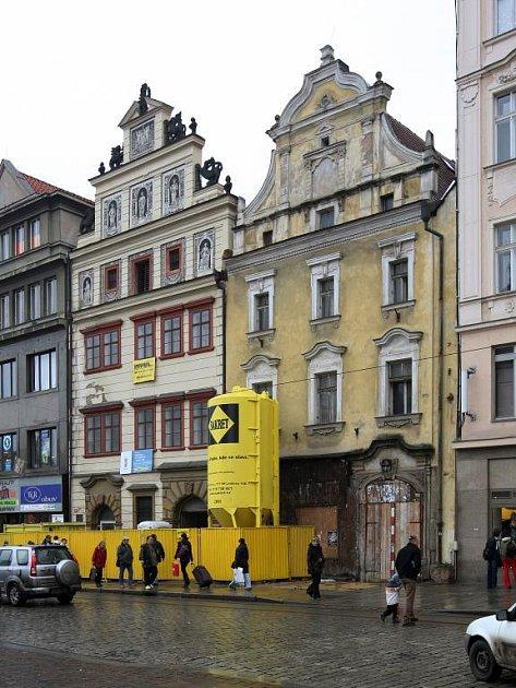 Městský dům č. 24 je posledním neopraveným na náměstí Republiky. Radnice jej možná prodá